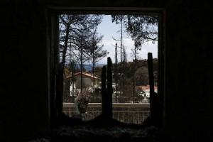 Η θέα από το παράθυρο του καμένου σπιτιού του συγγραφέα Αθανάσιου Γκαντώνα, μετά την θανατηφόρα πυρκαγιά στο Μάτι, κοντά στην Αθήνα Τρίτη 31 Ιουλίου 2018. Ξεκίνησε σήμερα η διαδικασία αιτήσεων για το έκτακτο βοήθημα που αποφασίστηκε για τις 5000 ευρώ για τους πολίτες και τις 8000 ευρώ για τις επιχειρήσεις.  ΑΠΕ-ΜΠΕ/ΑΠΕ-ΜΠΕ/ΓΙΑΝΝΗΣ ΚΟΛΕΣΙΔΗΣ