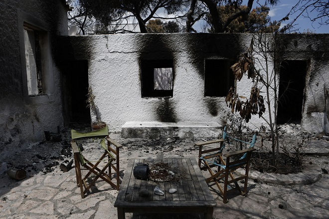 Καμένη αυλή σπιτιού, μετά τη θανατηφόρα πυρκαγιά στο Μάτι, κοντά στην Αθήνα Τρίτη 31 Ιουλίου 2018. Ξεκίνησε σήμερα η διαδικασία αιτήσεων για το έκτακτο βοήθημα που αποφασίστηκε για τις 5000 ευρώ για τους πολίτες και τις 8000 ευρώ για τις επιχειρήσεις.  ΑΠΕ-ΜΠΕ/ΑΠΕ-ΜΠΕ/ΓΙΑΝΝΗΣ ΚΟΛΕΣΙΔΗΣ