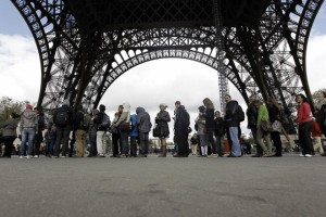 Visitors queue up in front of the Eiffel Tower on April 11, 2012 in Paris after an elevator broke down. The east pillar lift is the only one in operation due to renovation works on the western lift and recent technical problems on the northern lift. Due to ongoing repairs and renovations at the Paris landmark, only 2/3 of the daily 20,000 visitors are able to ascend the tower. AFP PHOTO KENZO TRIBOUILLARD / AFP PHOTO / KENZO TRIBOUILLARD