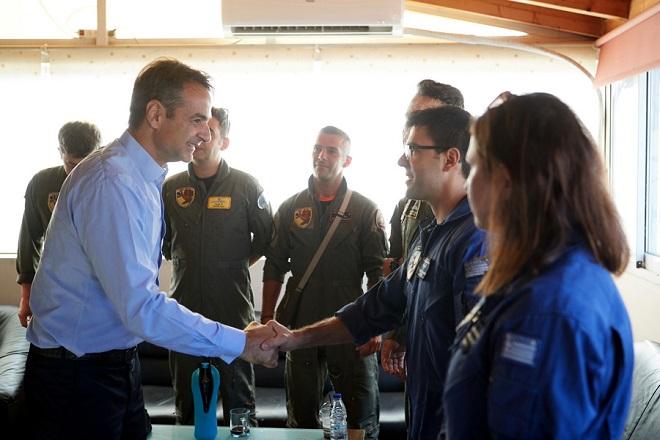 Επίσκεψη Μητσοτάκη στη βάση των Καναντέρ: Προτεραιότητα η συντήρηση των πυροσβεστικών αεροσκαφών