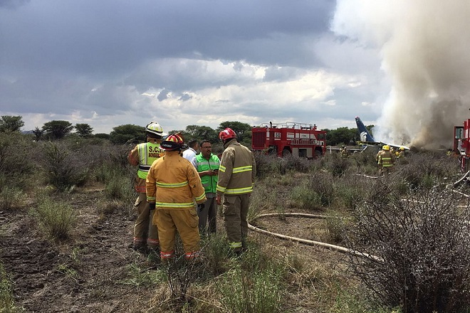 epa06920964 A handout photo made available by the Civil Protection State Coordination (CPCE) shows emergency personnel at the site where an Aeromexico plane crashed, in Durango, Mexico, 31 July 2018. 80 people were reported to be on board. No official casualty report has been released.  EPA/Civil Protection State Coordination (CPCE) HANDOUT BEST QUALITY AVAILABLE HANDOUT EDITORIAL USE ONLY/NO SALES