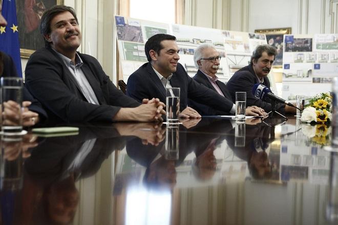 Ο πρωθυπουργός, Αλέξης Τσίπρας (2ος Α), ο υπουργός Υγείας Ανδρέας Ξανθός (Α), ο αναπληρωτής υπουργός Υγείας Παύλος Πολάκης (4ος Α) και ο υπουργός Παιδείας, Έρευνας και Θρησκευμάτων Κωνσταντίνος Γαβρόγλου (3ος Α), συνομιλούν με τον αρχιτέκτονα που έχει αναλάβει τον σχεδιασμό των έργων υποδομής, Renzo Piano και τον πρόεδρο του Ιδρύματος Σταύρος Νιάρχος, Ανδρέα Δρακόπουλο (δεν εικονίζονται), κατά τη διάρκεια ενημέρωσης για τον σχεδιασμό των έργων στον τομέα της υγείας που έχει αναλάβει το Ίδρυμα με την υπογραφή σχετικού Μνημονίου Συνεργασίας με την Ελληνική Δημοκρατία τον Μάρτιο του 2018, στο Μέγαρο Μαξίμου, Αθήνα Τετάρτη 20 Ιουνίου 2018. ΑΠΕ-ΜΠΕ/ΑΠΕ-ΜΠΕ/ΓΙΑΝΝΗΣ ΚΟΛΕΣΙΔΗΣ