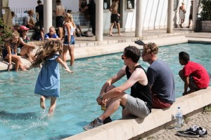 epa06922101 Locals and tourists refresh themselves in a fountain in downtown Lisbon, Portugal, 01 August 2018. Temperatures in Spain and Portugal could exceed 48 degrees Celsius on the same week breaking the all-time record high for Europe.  EPA/MIGUEL A. LOPES