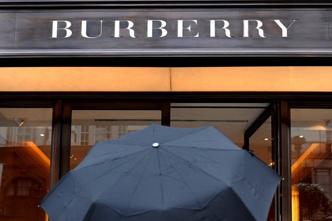epa01735510 A pedestrian walks past a Burberry store in London, Britain, 19 May 2009. British luxury clothing brand Burberry has plunged into an annual loss, mainly due to charges at its Spanish operations.  EPA/ANDY RAIN