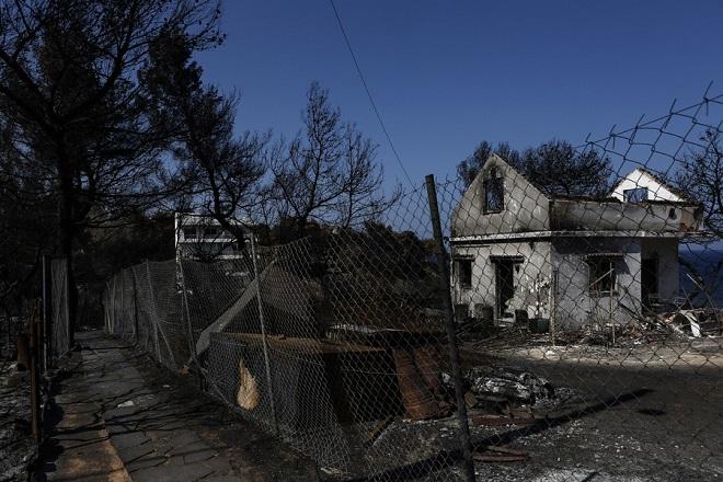 Φωτογραφία που δόθηκε σήμερα στην δημοσιότητα και απεικονίζει ιδιωτικό δρόμο που καταλήγει σε καμένο σπίτι, κατά τη διάρκεια ρεπορτάζ για τον νέο πολεοδομικό σχεδιασμό, μετά την θανατηφόρα πυρκαγιά, στο Μάτι, κοντά στην Αθήνα, Πέμπτη 2 Αυγούστου 2018. «Ας είναι οι δυο μεγάλες τραγωδίες της Αττικής στη Μάνδρα και στο Μάτι, ο συναγερμός και το έναυσμα για σημαντικές αλλαγές» τονίζει ο πρωθυπουργός, Αλέξης Τσίπρας, με ανάρτησή του στο twitter, προσθέτοντας ότι πρέπει «να ενισχύσουμε κατάλληλα τον μηχανισμό πρόληψης και προστασίας για να μη ξαναζήσουμε ποτέ, παρόμοιες τραγωδίες». Κυριακή 5 Αυγούστου 2018 ΑΠΕ-ΜΠΕ/ΑΠΕ-ΜΠΕ/ΓΙΑΝΝΗΣ ΚΟΛΕΣΙΔΗΣ