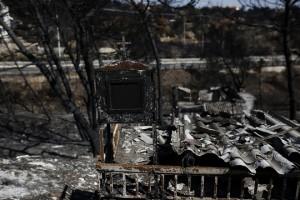 Καμένο εικονοστάσιο έξω απο κατεστραμένο σπίτι, μετά την θανατηφόρα πυρκαγιά, στην Ραφήνα, κοντά στην Αθήνα, Κυριακή 5 Αυγούστου 2018. Κατέληξε άνδρας εγκαυματίας ηλικίας 85 ετών, που νοσηλευόταν στη Μονάδα Εντατικής Θεραπείας (ΜΕΘ) του Ευαγγελισμού, ανεβάζοντας τον αριθμό των θυμάτων της πυρκαγιάς στο Μάτι σε 90. ΑΠΕ-ΜΠΕ/ΑΠΕ-ΜΠΕ/ΓΙΑΝΝΗΣ ΚΟΛΕΣΙΔΗΣ