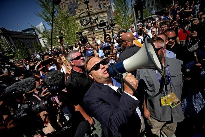 YouTube, Facebook, Spotify και Apple διαγράφουν το περιεχόμενο Αμερικανού συνωμοσιολόγου