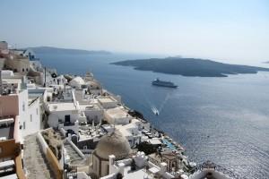 Άποψη της Σαντορίνης,  την Τρίτη 13 Αυγούστου 2013. Εκτιμήσεις για πολύ καλή τουριστική χρονιά φέτος για τη Σαντορίνη, διατυπώνονται από τουριστικούς φορείς, που υπολογίζουν ότι οι αφίξεις θα ξεπεράσουν τα 1,7 εκατομμύρια του 2012 και ενδέχεται να ξεπεράσουν και τον αριθμό των 1,9 εκατομμυρίων που αφίχθησαν το 2011. Στόχος είναι η περαιτέρω ενίσχυση θεματικών μορφών τουρισμού, που θα έχουν ως αποτέλεσμα την προσέλκυση ποιοτικού τουρισμού καθώς και την περαιτέρω χρονική επιμήκυνση της τουριστικής περιόδου. Στο πλαίσιο αυτό, ο δήμος ανακήρυξε τη φετινή χρονιά ως «Έτος Γαστρονομίας», ώστε το νησί, μέσω μιας σειράς δράσεων που πραγματοποιούνται, να εδραιωθεί ανάμεσα στους κορυφαίους γαστρονομικούς προορισμούς .  ΑΠΕ- ΜΠΕ/ ΑΠΕ-ΜΠΕ/STR
