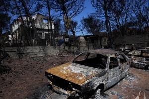 Καμμένα αυτοκίνητα στην αυλή σπιτιού που κάηκε την ημέρα της φονικής πυρκαγιάς στην περιοχή Μάτι, 39 χλμ από την Αθήνα, Τετάρτη 8 Αυγούστου 2018. ΑΠΕ-ΜΠΕ/ΑΠΕ-ΜΠΕ/ΟΡΕΣΤΗΣ ΠΑΝΑΓΙΩΤΟΥ