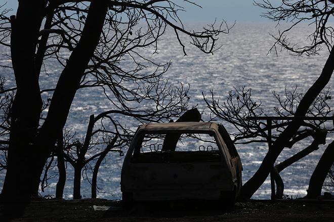 Καμμένο αυτοκίνητο στην αυλή σπιτιού που κάηκε την ημέρα της φονικής πυρκαγιάς στην περιοχή Μάτι, 39 χλμ από την Αθήνα, Τετάρτη 8 Αυγούστου 2018. ΑΠΕ-ΜΠΕ/ΑΠΕ-ΜΠΕ/ΟΡΕΣΤΗΣ ΠΑΝΑΓΙΩΤΟΥ