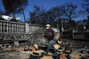 Ανδρας καθαρίζει την αυλή του σπιτιού του στον οικισμό Μάτι,που καταστράφηκε ολοκληρωτικά από την φονική πυρκαγιά της 23ης Ιουλίου, 39 χλμ από την Αθήνα, Τετάρτη 8 Αυγούστου 2018. ΑΠΕ-ΜΠΕ/ΑΠΕ-ΜΠΕ/ΟΡΕΣΤΗΣ ΠΑΝΑΓΙΩΤΟΥ