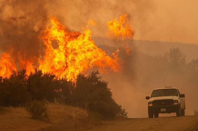 Γιγάντιες πυρκαγιές συνεχίζουν την τρελή κούρσα τους στην Καλιφόρνια