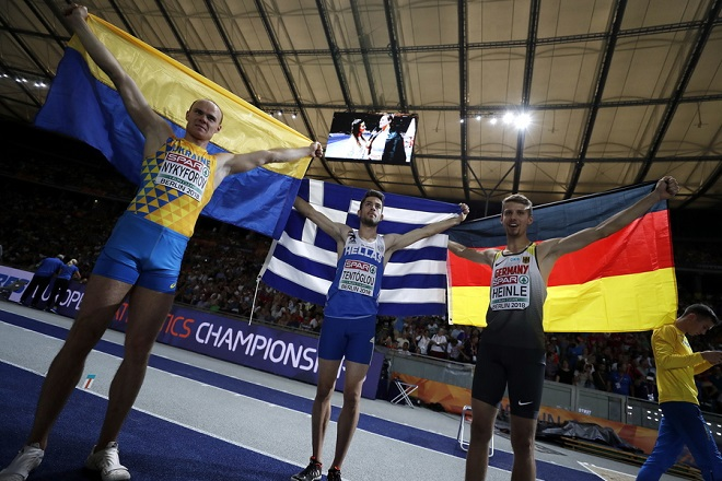 epa06936647 Gold medalist Miltiadis Tentoglou (C) of Greece celebrates with third placed Serhii Nykyforov (L) of Ukraine and second placed Fabian Heine of Germany after the men's Long Jump final at the Athletics 2018 European Championships, Berlin, Germany, 08 August 2018.  EPA/CHRISTIAN BRUNA
