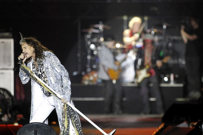 epa06077229 US singer Steven Tyler of the US rock band Aerosmith perfoms on stage during their concert at Heliodoro Rodriguez Lopez Stadium in Tenerfie, Canary Islands, Spain, 08 July 2017.  EPA/CRISTOBAL GARCIA