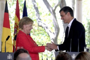 epa06943242 Spanish Prime Minister Pedro Sanchez (R) and German Chancellor Angela Merkel (L) hold a joint press conference following a working lunch at Guzmanes Palace in Sanlucar de Barrameda, southern Spain, 11 August 2018. Chancellor Merkel is in Spain on a two-day visit for talks with Prime Minister Sanchez.  EPA/A. CARRASCO RAGEL
