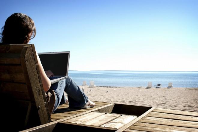 Στο διαδίκτυο στρέφονται οι νέοι για το κλείσιμο των διακοπών τους