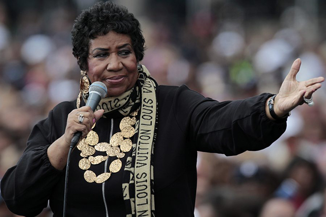 """epa02900492 The Queen of Soul, Aretha Franklin sings at a Labor Day event which featured US President Barack Obama outside of the Renaissance center in Detroit, Michigan USA on 05 September 2011.  A crowd estimated at 12,000 people lined up along the Detroit River waterfront and chanted at the beginning of his speech, """"Obama"""" and """"Four more years.""""  EPA/JEFF KOWALSKY"""