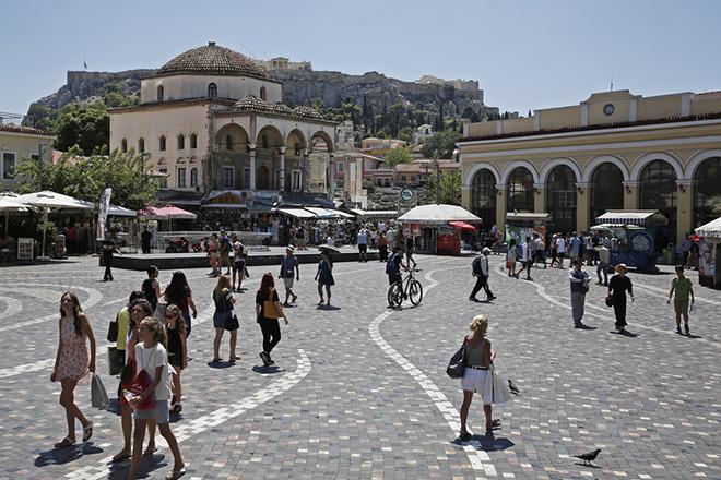 Κάτοικοι της Αθήνας και τουρίστες περπατούν στην πλατεία Μοναστηρακίου στο κέντρο της Αθήνας, Τρίτη 14 Αυγούστου 2018. ΑΠΕ-ΜΠΕ/ΑΠΕ-ΜΠΕ/ΑΛΕΞΑΝΔΡΟΣ ΒΛΑΧΟΣ