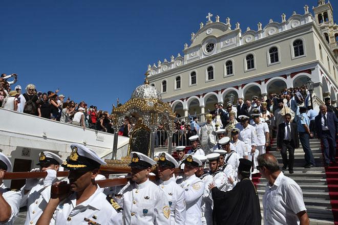 Λιτάνευση της Αγίας Εικόνας της Μεγαλόχαρης, την Τετάρτη 15 Αυγούστου 2018, στην Τήνο. Ο υφυπουργός Εξωτερικών  Τέρενς Κουίκ εκπροσώπησε την Κυβέρνηση στις εκδηλώσεις του Δεκαπενταύγουστου στην Τήνο. Το πρωί, μαζί με τον Αρχηγό ΓΕΝ Αντιναύαρχο Νίκο Τσούνη, έριξε στεφάνι στο Αιγαίο στο σημείο που δέχθηκε την τορπίλη το καταδρομικό «Έλλη», και στη συνέχεια παρέστη στις Αρχιερατική Θεία Λειτουργία και στη λιτάνευση της Αγίας Εικόνας της Μεγαλόχαρης. ΑΠΕ- ΜΠΕ/ ΑΠΕ-ΜΠΕ/ΧΑΡΗΣ ΛΑΣΚΑΡΗΣ