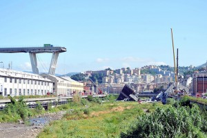 epa06951257 A view of the collapsed Morandi bridge the day after the disaster in Genoa, Italy, 15 August 2018.   The death toll for Tuesday's highway-bridge-collapse disaster in Genoa has risen to 39, according to reports on 15 August.  EPA/Alessandro Di Marco