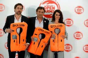 epa06776502 Spanish actors Javier Bardem (L), founder of Proactiva Open Arms Oscar Camps (C) and Spanish actress Penelope Cruz (R) attend a fund raiser event for Spanish NGO Proactiva Open Arms, dedicated to sea rescue of migrants, in Madrid, Spain, 31 May 2018.  EPA/JUANJO MARTIN