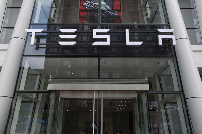 epa06934125 Outside the Tesla dealership showroom in Boston, Massachusetts, USA 07 August 2018. Earlier in the day Tesla founder Elon Musk tweeted, 'Am considering taking Tesla private at $420. Funding secured' and a few hours later Musk confirmed his earlier statement on the Tesla website blog.  EPA/CJ GUNTHER