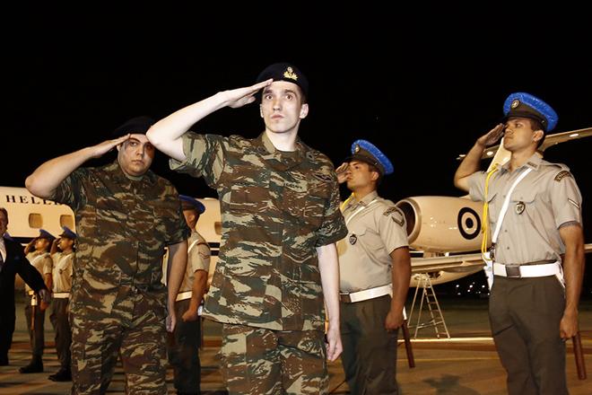 Οι δύο Έλληνες στρατιωτικοι, υπολοχαγός Άγγελος Μητρετώδης  και λοχίας Δημήτρης Κούκλατζης, την Τετάρτη 15 Αυγούστου 2018, στο αεροδρόμιο Θεσσαλονίκης. Τους δύο στρατιωτικούς παρέλαβαν από την Τουρκία ο όπου με το πρωθυπουργικό αεροσκάφος μεταφέρθηκαν στη Θεσσαλονίκη μετά τη χωρίς περιοριστικούς όρους απελευθέρωσή τους από τις φυλακές της Αδριανούπολης, όπου κρατούνταν από τον περασμένο Μάρτιο, καθώς είχαν συλληφθεί σε απαγορευμένη στρατιωτική περιοχή στις Καστανιές του Έβρου. Το δικαστήριο που εξέτασε το αίτημα για την αποφυλάκισή τους, παραμονή Δεκαπενταύγουστου απεφάνθη ότι δεν συντρέχουν λόγοι να παραμείνουν προφυλακιστέοι. Οι δύο Έλληνες στρατιωτικοί, στελέχη της 3ης Μηχανοκίνητης Ορεινής Ταξιαρχίας «Ρίμινι» είχαν συληφθεί από τους «Αετούς των Συνόρων», μονάδα που υπάγεται στην 54η Μηχανοκίνητη Ταξιαρχία του τουρκικού στρατού. ΑΠΕ-ΜΠΕ/ΑΠΕ-ΜΠΕ/ΑΛΕΞΑΝΔΡΟΣ ΒΛΑΧΟΣ