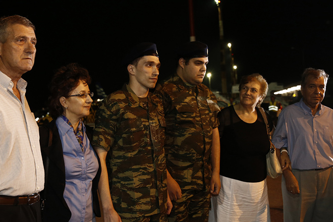 Οι γονείς των δύο Ελλήνων στρατιωτικών, υπολοχαγού Άγγελου Μητρετώδη και λοχία Δημήτριου Κούκλατζη, τους υποδέχονται την Τετάρτη 15 Αυγούστου 2018, στο αεροδρόμιο Θεσσαλονίκης. Τους δύο στρατιωτικούς παρέλαβαν από την Τουρκία ο όπου με το πρωθυπουργικό αεροσκάφος μεταφέρθηκαν στη Θεσσαλονίκη μετά τη χωρίς περιοριστικούς όρους απελευθέρωσή τους από τις φυλακές της Αδριανούπολης, όπου κρατούνταν από τον περασμένο Μάρτιο, καθώς είχαν συλληφθεί σε απαγορευμένη στρατιωτική περιοχή στις Καστανιές του Έβρου. Το δικαστήριο που εξέτασε το αίτημα για την αποφυλάκισή τους, παραμονή Δεκαπενταύγουστου απεφάνθη ότι δεν συντρέχουν λόγοι να παραμείνουν προφυλακιστέοι. Οι δύο Έλληνες στρατιωτικοί, στελέχη της 3ης Μηχανοκίνητης Ορεινής Ταξιαρχίας «Ρίμινι» είχαν συληφθεί από τους «Αετούς των Συνόρων», μονάδα που υπάγεται στην 54η Μηχανοκίνητη Ταξιαρχία του τουρκικού στρατού. ΑΠΕ-ΜΠΕ/ΑΠΕ-ΜΠΕ/ΑΛΕΞΑΝΔΡΟΣ ΒΛΑΧΟΣ