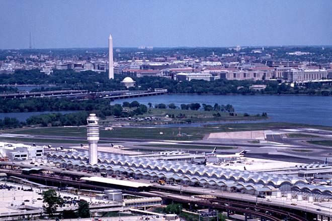 Βυθισμένο στο σκοτάδι είναι από χθες το αεροδρόμιο «Ronald Reagan» της Ουάσινγκτον