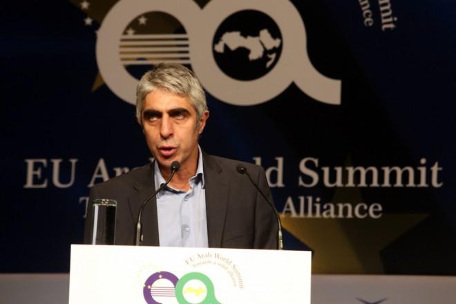 """Ο επικεφαλής του Οικονομικού Γραφείου του Πρωθυπουργού Γιώργος Τσίπρας  μιλά στη 2η Ευρώ-Αραβική Σύνοδο """"EU Arab World Summit"""" στο Μέγαρο Μουσικής, Αθήνα, Παρασκευή 10 Νοεμβρίου 2017. ΑΠΕ-ΜΠΕ/ΑΠΕ-ΜΠΕ/Αλέξανδρος Μπελτές"""