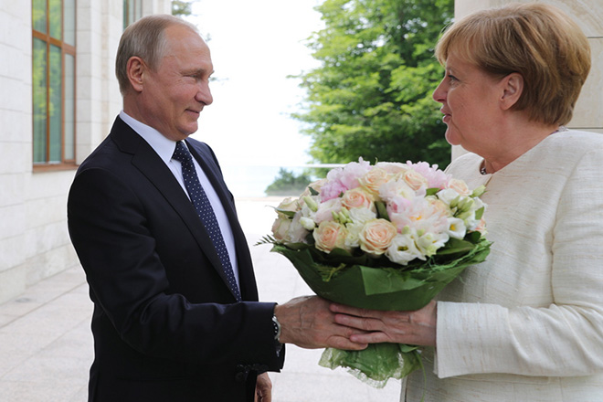 epa06746986 Russian President Vladimir Putin (L) meets with German Chancellor Angela Merkel (R) at his residence in the Black Sea resort of Sochi, Russia, 18 May 2018. Angela Merkel pays a working visit to Russia to discuss the development of Russian-German relations as well as international issues such as Iranian nuclear program, situation in Syria and conflict settlement in Ukraine.  EPA/MICHAEL KLIMENTYEV / SPUTNIK / KREMLIN POOL / POOL MANDATORY CREDIT