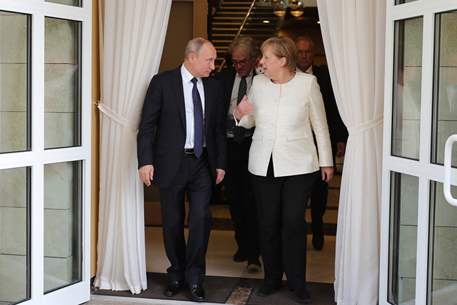 epa06747536 Russian President Vladimir Putin (L) and German Chancellor Angela Merkel (R) walk after their talks at the Bocharov Ruchei residence in the Black sea resort of Sochi, Russia, 18 May 2018. Angela Merkel pays a working visit to Russia to discuss the development of Russian-German relations as well as international issues such as Iranian nuclear program, situation in Syria and conflict settlement in Ukraine.  EPA/MICHAEL KLIMENTYEV / SPUTNIK / KREMLIN POOL / POOL MANDATORY CREDIT