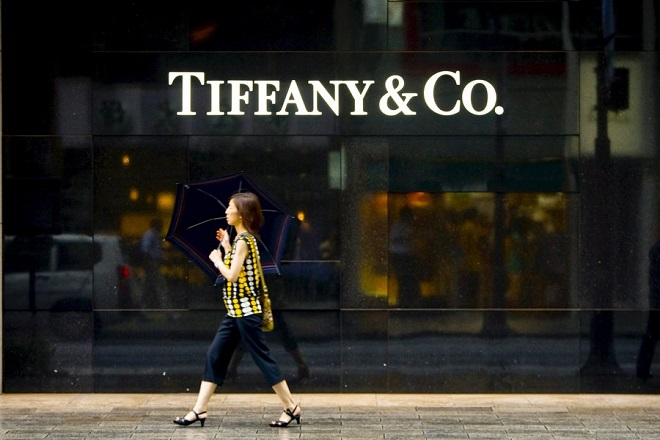 epa01431477 A Japanese woman walks past a Tiffany Co.'s store in Tokyo's upscale shopping district Ginza, Tokyo, Japan, 05 August 2008. Japanese government is said to be poised to eliminate the word 'recovery' from its monthly economic assessment for the first time in almost five years, as mounting evidences suggest the end of Japan's longest post-war expansion and the possibility of recession due to the hike in oil prices and slowing US economy, according to Daily Nikkei.  EPA/DAI KUROKAWA