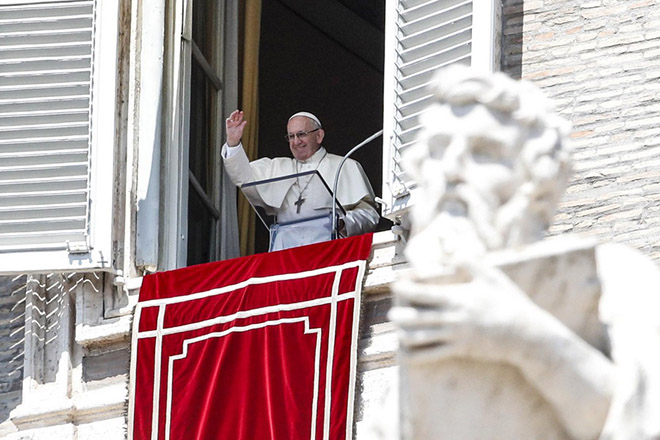 epa06958056 Pope Francis recites the Angelus prayer from the window of his office overlooking Saint Peter's Square at the Vatican, 19 August 2018.  EPA/GIUSEPPE LAMI