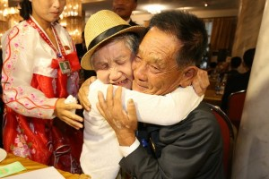 epa06959601 Lee Gyum-sum (L), 92, of South Korea meets with her North Korean son Lee Sung-chul (R), 71, during the inter-Korean family reunions at the Mount Kumgang resort, North Korea, 20 August 2018. In a first family reunion since three years, some 180 Koreans from separated families will meet between 20 to 26 August.  EPA/O JONGCHAN / POOL SOUTH KOREA OUT