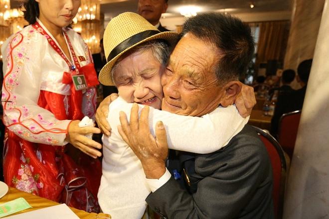 Νοτιοκορεάτες επισκέπτονται τη Βόρεια Κορέα για να δουν ξανά τους συγγενείς τους