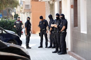 epa06959618 Several Mossos d'Esquadra officers stand guard outside the residential building where the man, who entered in a police station holding a knife and allegedly shouting 'Allah is great', lived in the town Cornella de Llobregat, in Barcelona, northeastern Spain, 20 August 2018. The man was shot dead early morning by a policeman who was on duty in the reception desk of the police station of Catalan regional Mossos d'Esquadra police.  EPA/Enric Fontcuberta