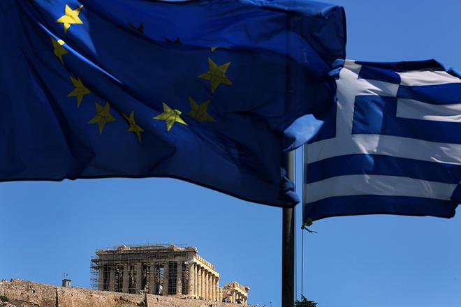 Η ελληνική σημαία (Δ) και η σημαία της ΕΕ κυματίζουν πάνω από Παρθενώνα στο λόφο της Ακρόπολης, Αθήνα, Δευτέρα 20 Αυγούστου 2018. Στις 21 Ιουνίου μετά από συνεδρίαση του Eurogroup αποφασίστηκε η έξοδος της Ελλάδας από το μνημόνιο, το οποίο λήγει και επίσημα στις 20 Αυγούστου του 2018. ΑΠΕ-ΜΠΕ/ΑΠΕ-ΜΠΕ/ΣΥΜΕΛΑ ΠΑΝΤΖΑΡΤΖΗ