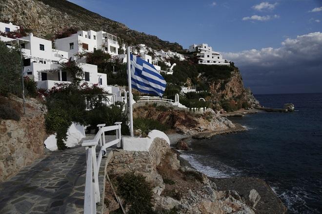Φωτογραφία που δόθηκε σήμερα στην δημοσιότητα και απεικονίζει μια ελληνική σημαία να κυματίζει δίπλα στο λιμάνι στο νησί της Τήλου, κατά τη διάρκεια αποστολής στρατιωτικών ιατρών με το πλοίο του Πολεμικού Ναυτικού Προμηθεύς στο νησί, με σκοπό την παροχή ιατρικής φροντίδας, Τήλος, Κυριακή 12 Νοεμβρίου 2017. Ιατρικό και νοσηλευτικό προσωπικό, από τους τρεις κλάδους των ενόπλων δυνάμεων, προσέφεραν τις υπηρεσίες τους στην διάθεση των κατοίκων ακριτικών νησιών. Η διακλαδική υγειονομική ομάδα αποτελούμενη από οκτώ διαφορετικές ειδικότητες, που επέβαινε στο πλοίο γενικής υποστήριξης Προμηθεύς, συμμετείχε στο πρόγραμμα προληπτικής ιατρικής, για την πρωτοβάθμια περίθαλψη των κατοίκων νησιών του Αιγαίου, η οποία πραγματοποιήθηκε από Τετάρτη 08 έως Τρίτη 14 Νοεμβρίου 2017, στο πλαίσιο στήριξης των κατοίκων της νησιωτικής Ελλάδας, Τετάρτη 22 Νοεμβρίου 2017. ΑΠΕ-ΜΠΕ/ΑΠΕ-ΜΠΕ/ΓΙΑΝΝΗΣ ΚΟΛΕΣΙΔΗΣ