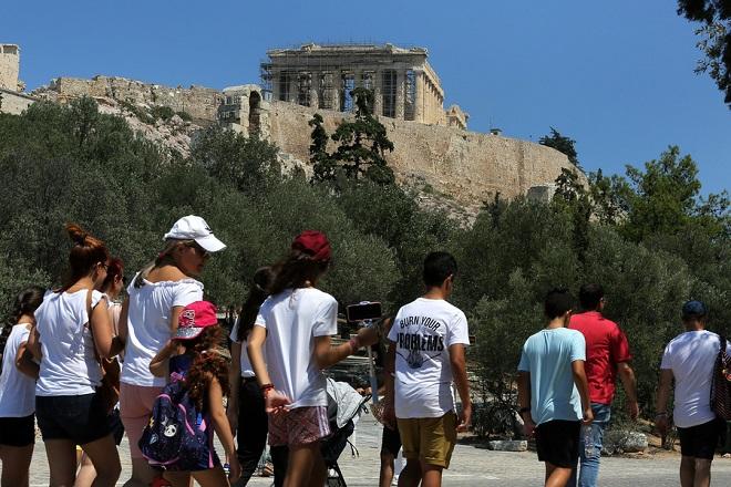 Τουρίστες περπατούν κάτω από το λόφο της Ακρόπολης, Αθήνα, Δευτέρα 20 Αυγούστου 2018. Στις 21 Ιουνίου μετά από συνεδρίαση του Eurogroup αποφασίστηκε η έξοδος της Ελλάδας από το μνημόνιο, το οποίο λήγει και επίσημα στις 20 Αυγούστου του 2018. ΑΠΕ-ΜΠΕ/ΑΠΕ-ΜΠΕ/ΣΥΜΕΛΑ ΠΑΝΤΖΑΡΤΖΗ