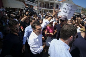 (Ξένη Δημοσίευση) Ο πρωθυπουργός Αλέξης Τσίπρας (Κ) χαιρετά πολίτες κατά την έξοδό του από το Δημαρχείο της Ιθάκης, Τρίτη 21 Αυγούστου 2018. Ο πρωθυπουργός Αλέξης Τσίπρας επισκέφτηκε την Ιθάκη για να απευθύνει διάγγελμα προς τον ελληνικό λαό, την πρώτη μετά την έξοδο από τα μνημόνια. ΑΠΕ-ΜΠΕ/ΓΡΑΦΕΙΟ ΤΥΠΟΥ ΠΡΩΘΥΠΟΥΡΓΟΥ/Andrea Bonetti