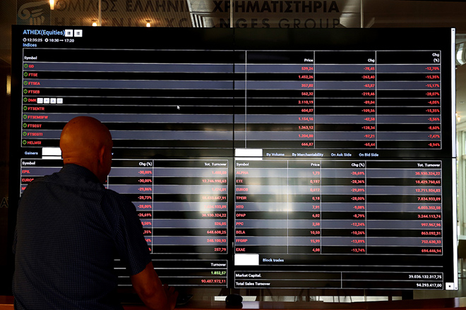 Άντρας παρατηρεί πίνακα με τις τιμές των μετοχών στο Χρηματιστηρίο της Αθήνας, την Παρασκευή 24 Ιουνίου 2016.  Στους ρυθμούς του διεθνούς ξεπουλήματος κινείται σήμερα και η χρηματιστηριακή αγορά, στον απόηχο της επικράτησης του Brexit, υποχωρώντας κάτω από τα επίπεδα των 540 μονάδων. Οι τραπεζικές μετοχές δέχονται τι ισχυρότερα πυρά των πωλητών. O Γενικός Δείκτης Τιμών στις 12:15, διαμορφώνεται στις 536,44 μονάδες σημειώνοντας πτώση 13,15%. Ενδοσυνεδριακά κατέγραψε χαμηλότερη τιμή στις 522,21 μονάδες (-15,46%). ΑΠΕ-ΜΠΕ/ΑΠΕ-ΜΠΕ/ΣΥΜΕΛΑ ΠΑΝΤΖΑΡΤΖΗ