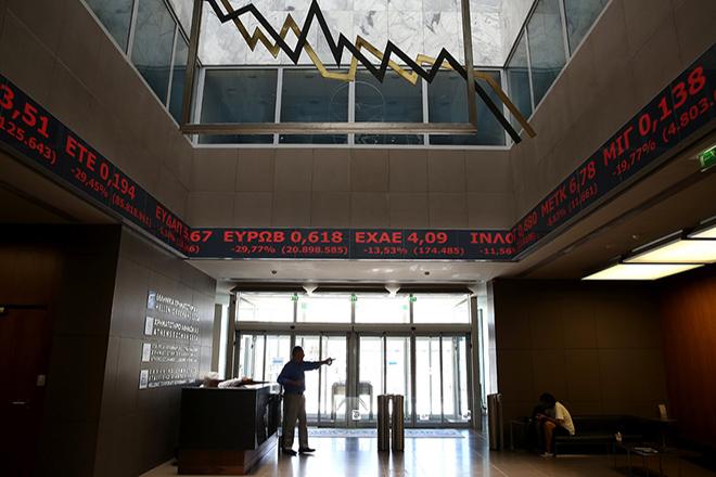 Κόσμος περπατά στο Χρηματιστηρίο της Αθήνας, την Παρασκευή 24 Ιουνίου 2016.  Στους ρυθμούς του διεθνούς ξεπουλήματος κινείται σήμερα και η χρηματιστηριακή αγορά, στον απόηχο της επικράτησης του Brexit, υποχωρώντας κάτω από τα επίπεδα των 540 μονάδων. Οι τραπεζικές μετοχές δέχονται τι ισχυρότερα πυρά των πωλητών. O Γενικός Δείκτης Τιμών στις 12:15, διαμορφώνεται στις 536,44 μονάδες σημειώνοντας πτώση 13,15%. Ενδοσυνεδριακά κατέγραψε χαμηλότερη τιμή στις 522,21 μονάδες (-15,46%). ΑΠΕ-ΜΠΕ/ΑΠΕ-ΜΠΕ/ΣΥΜΕΛΑ ΠΑΝΤΖΑΡΤΖΗ