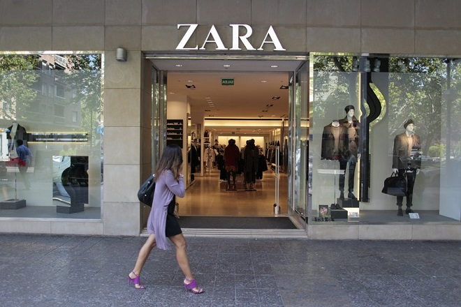 epa02927803 A woman walks past a shop of the Spanish retail shops group Zara, belonging to Spanish textile group Inditex, in Madrid, Spain, 21 September 2011. Inditex announced its 2011 half year results on 21 September 2011. Inditex won 717 million euro between January and June 2011, 14 percent more than same period in 2010. Inditex's sales grew up in all its markets, especially in Asia, and thanks to the raise of the online shopping.  EPA/PACO CAMPOS