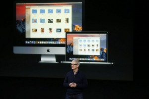 epa05606080 Tim Cook, CEO of Apple Inc., introduces the new updated Apple Macbook Pro line during an event at the Apple Headquarters in Cupertino, California, USA, 27 October 2016.  EPA/TONY AVELAR