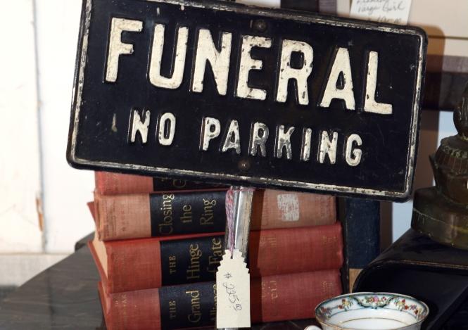 Όταν η κηδεία γίνεται η τελευταία επίδειξη πλούτου: Φτιάχνουν φέρετρα με φύλλα χρυσού αξίας 60.000 δολαρίων!