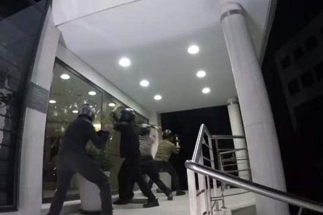 Επίθεση του Ρουβίκωνα στα κεντρικά γραφεία του Ομίλου «Μυτιληναίος» (Βίντεο)