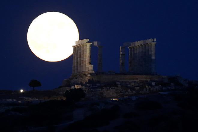 Η πανσέληνος ανατέλλει πάνω από το ναό του Ποσειδώνα, Σούνιο, Κυριακή 9 Ιουλίου 2017. ΑΠΕ-ΜΠΕ/ΑΠΕ-ΜΠΕ/ΟΡΕΣΤΗΣ ΠΑΝΑΓΙΩΤΟΥ