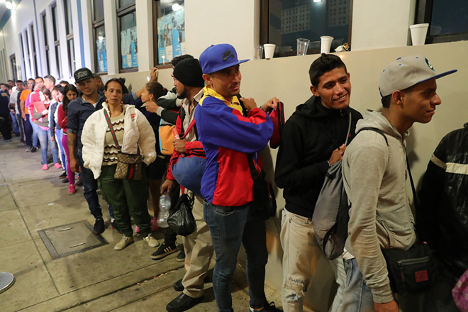epa06970327 Venezuelan immigrants make a line at the border with Ecuador, at the Cebaf immigration checkpoint in Tumbes, Peru, 24 August 2018. Peruvian authorities will only allow the entry of Venezuelan immigrants who have a passport, starting at midnight.  EPA/ERNESTO ARIAS