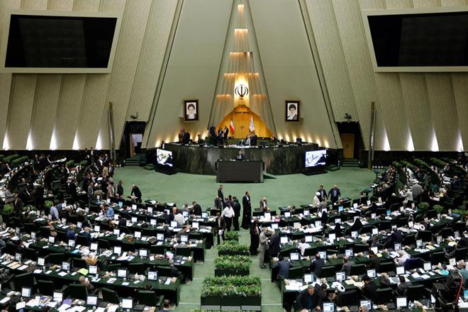 Η πτώση του ριάλ έφερε την αποπομπή του υπουργού Οικονομικών του Ιράν